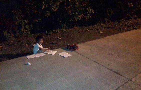 Tak Ada Listrik di Rumah, Anak Ini Belajar Di Bawah Lampu Jalan