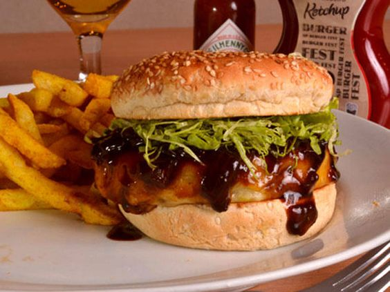 Na Mata Café. Nome do sanduíche: Hambúrguer da Júlia. Ingredientes: Hambúrguer de 180g de picanha com queijo prato, ao molho barbecue picante com cebola.