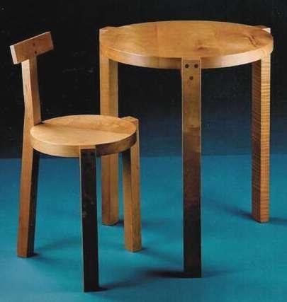 """""""Cadeira Girafa com mesa""""  MF-01538 / OB-00675  Autor: Marcelo Ferraz (arquiteto)  Lina Bo Bardi (arquiteta)  Marcelo Suzuki (outra atividade)  Dimensões da cadeira: (L × A × P) 40 × 78 × 44 cm  Mesa: 60 ou 70 cm diâmetro e 76 cm de altura  Local de produção: Marcenaria Baraúna.  Fonte: http://www.girafamania.com.br/introducao/museus_brasil.htm"""