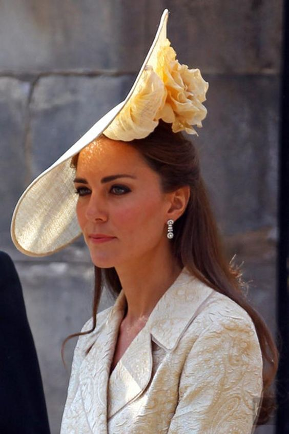 Though I'd never wear this, I think Kate looks stylin' and pulls it off. Impractical once the sun moves west but stylin'.: Duchess Of Cambridge, Royal Wedding, Kate Middleton Hats, Duchess Kate, Royal Hats, Kate S Hat, Mad Hatter, Princess Kate