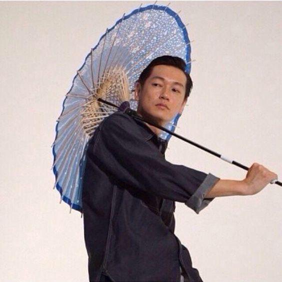 和傘を刺している井浦新のかっこいい画像