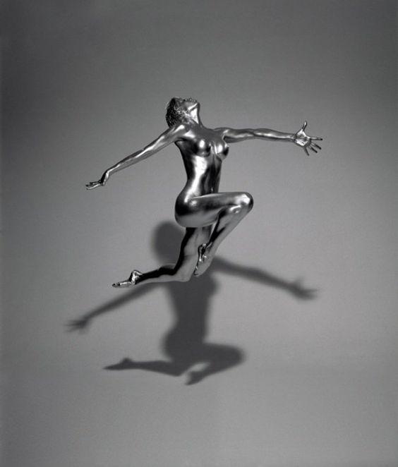 Le travail artistique qu'effectue Guido Argentini dévoile un regard admirateur sur le corps féminin.
