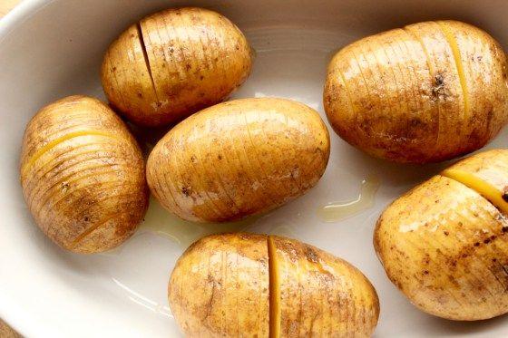Fächerkartoffeln mit Olivenöl einpinseln