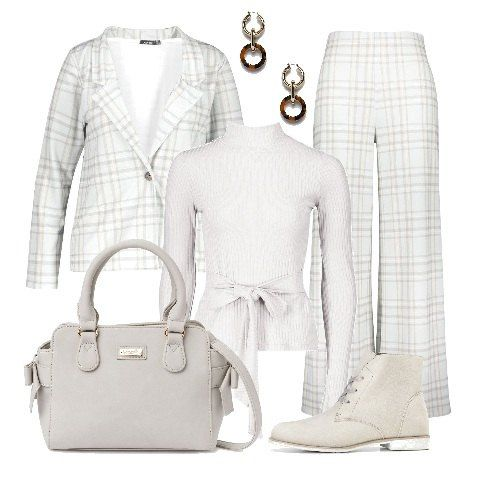 donna pantaloni crema maglia bianca e giacca azzurra