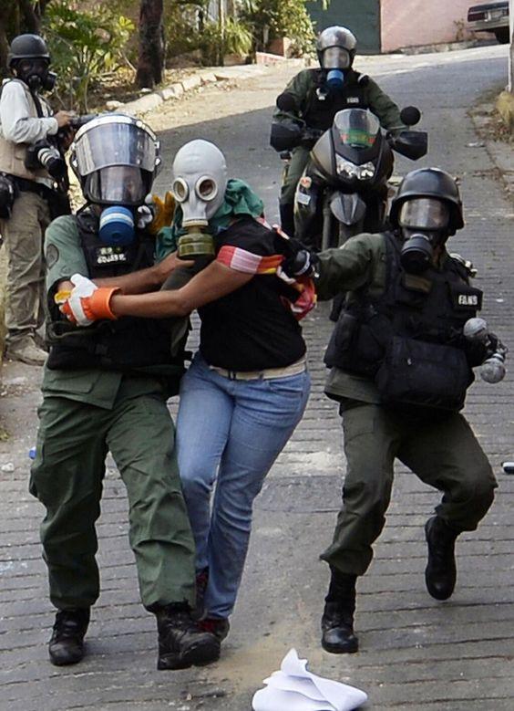 Más arrestos durante protesta de oposición hoy en Caracas [FOTO] @elnuevoherald pic.twitter.com/MtK3vaXIuI