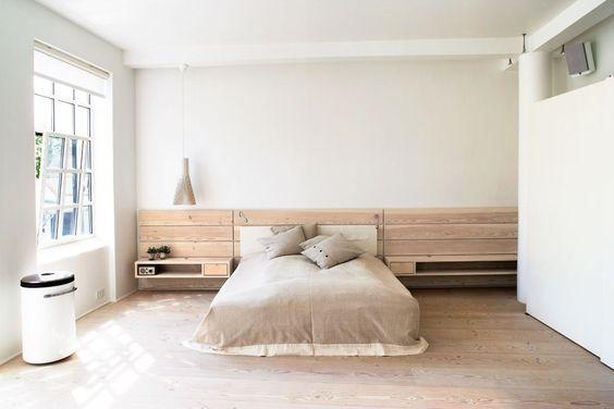 Soveværelset er virkelig rummeligt og lyst med en lille altan til ...