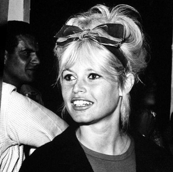 A prova de que laço no cabelo é atemporal e universal! Brigitte Bardot linda e charmosa em St Tropez usando um laço enorme no cabelo! ✨✨✨ #lululaços #luluadultos #BrigitteBardot #StTropez #celebrity #celebridade #luluinspiracao #lacos #lacoslindos #laçosdecabelo #enfeitesdecabelo #instafashion #cute #acessoriosdecabelo #summer #feitoamao #hairbow #handmade #hairaccessory #fashion #coisasdemulher #namoda #missbardot