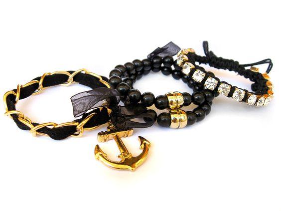 Kit com 4 pulseiras;  Pulseira Macramê: Regulável, strass branco folheado; Pulseiras de Bolinhas: 7,5cm de diâmetro, detalhes folheados a ouro; Pulseira com pingente de âncora: 17cm de ponta a ponta, pingente folheado, corrente e terminações douradas.  A Blaze não reproduz o mesmo produto, portanto, todos os nossos produtos são EXCLUSIVOS. Garanta o seu! R$48,90