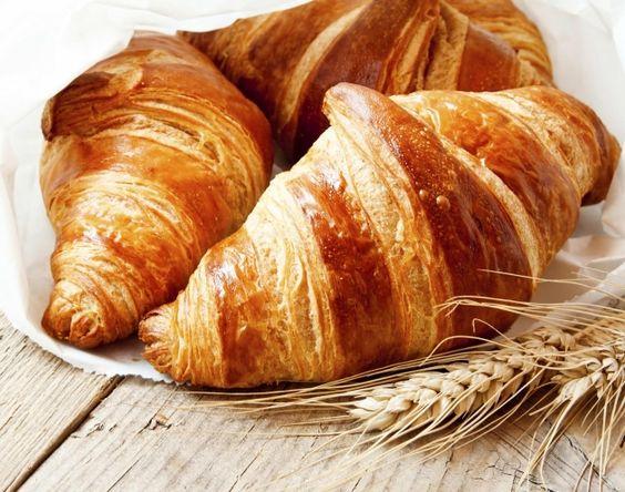 Todos alguna vez hemos consentido nuestro paladar; los alimentos dulces son nuestros favoritos. El croissant es uno de ellos, y es que mojadito en un café con leche conforma a un estupendo desayuno. Podemos cortarlo por la mitad y pasarlo a la plancha, untarle mantequilla y mermelada… en fin, una cosa de lo más normal, …