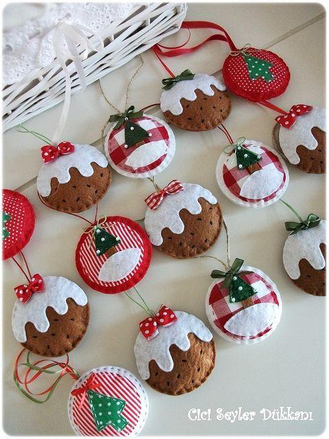 Adornos de navidad hechos con tela y pañolenci.