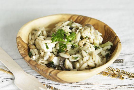 Version grecque d'une salade de pâtes, ce plat a tout pour plaire! Ses pâtes tendres, ses olives et ses artichauts salés, son fromage féta et ses fines herbes fraîches en font une salade idéale à emporter pour un pique-nique!