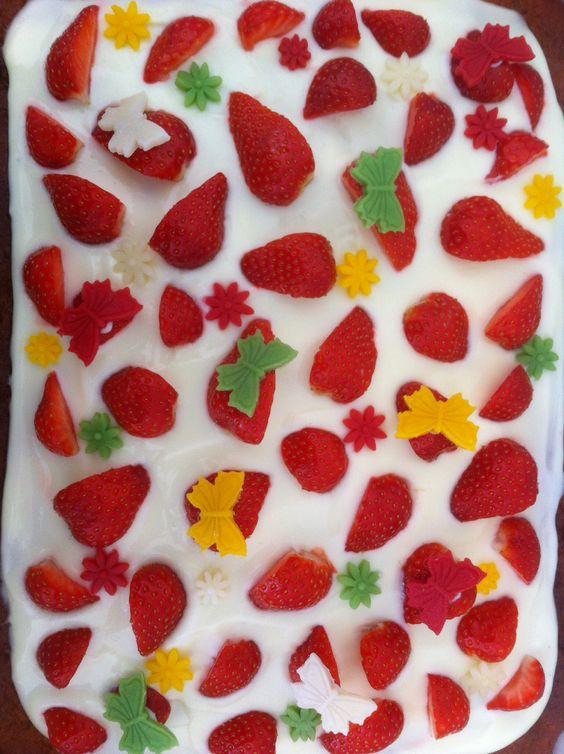 Biscuitdeeg met glazuur, aardbeien.