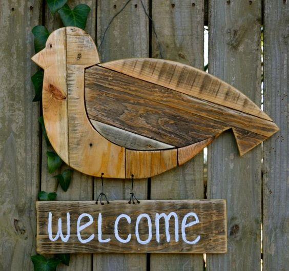affichette de porte oiseau en bois en tant que déco de jardin originale