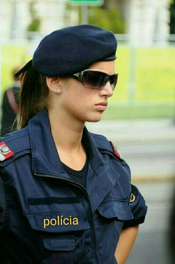 りりしい表情の警官