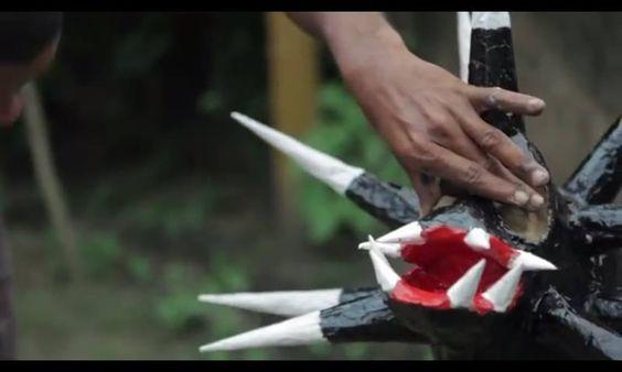 """A manifestação passada pelos mais velhos conta que os portugueses trouxeram para a região, máscaras para os seus convidados utilizarem em festas carnavalescas. Os negros escravizados então tiveram a ideia de construir as suas próprias para a celebração.Hoje eles se apresentam nas ruas de Acupe, sempre no mês de julho, retratando um episódio que ocorreu na independência da Bahia, onde os """"guerreiros do Acupe"""", se camuflavam mascarados e perseguiam os soldados inimigos."""