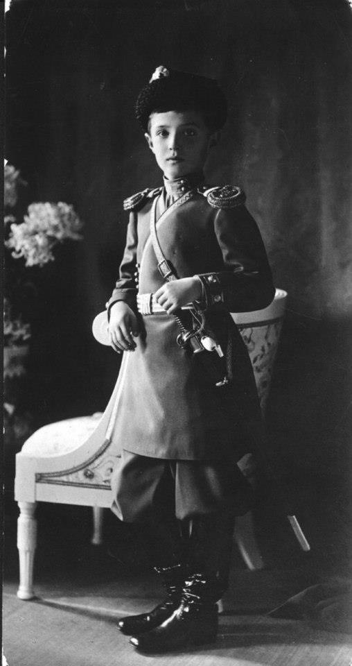 Alexis, Tsarevich da Rússia (1904-1918), filho do imperador Nicolau II da Rússia, por volta de 1913. Ele foi baleado pela Guarda Vermelha, em 1918.