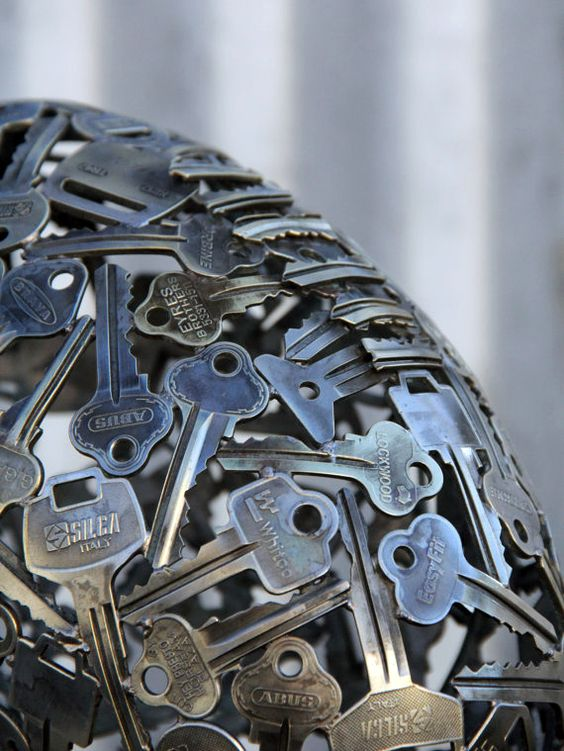 Michael Moerkerk est un Artiste Australien qui Transforme de Vieilles Clés et Pièces en Bouteilles et Autres Sculptures Métalliques Recyclées