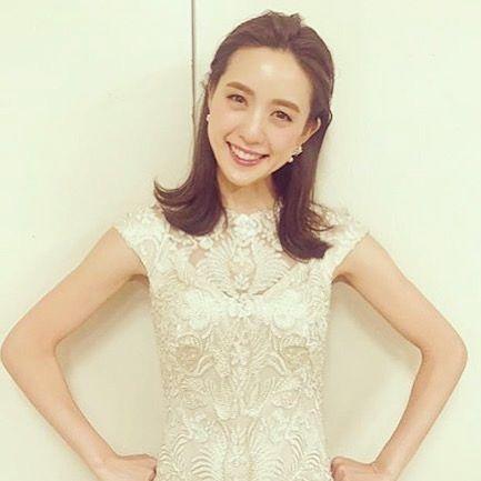 白いレースの洋服を着る古谷有美