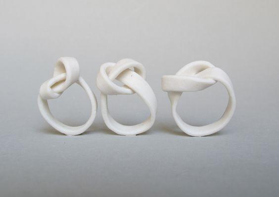 """Anelli Noeuds - Claire Marfisi - Francia - Realizzati in porcellana - Opere esposte all' """"Expo Oui Terres d'aligre"""", Parigi - Settembre/Ottobre 2013"""