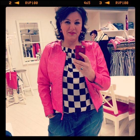 zwart witte blokjes shirt Zizzi, roze jasje Zizzie
