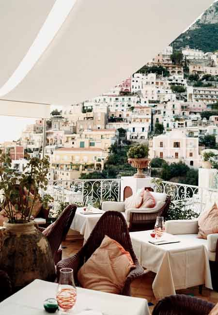 THE CHAMPAGNE BAR AT LE SIRENUSE IN POSITANO, ITALY.: