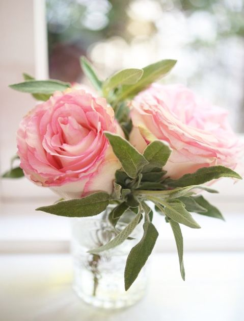 How to arrange store bought flowers  Keep it small. The alternative to pumping up the volume is to go small. Tiny arrangements consisting of 1 to 3 blooms are a super-chic way to maximize the reach of your bouquet. Just be sure to throw in some green filler bits to punch things up.