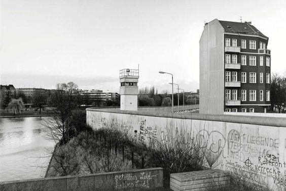 2117 West-Berlin, 1980, Lohmühlenplatz. Das Haus rechts steht in Alt-Treptow, das Ufer links gehört zu Kreuzberg