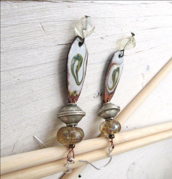 Des boucles d'oreille romantiques avec lampworks et émail d'artiste : Au Pays Des Lunes !!!! par annemarietollet sur Etsy https://www.etsy.com/be-fr/listing/496797745/des-boucles-doreille-romantiques-avec