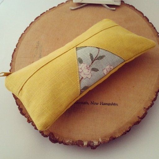 Diese Tasche ist aus in gelbes Leinen auf der Außenseite und gefüttert mit rosa…