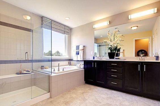 meuble salle de bains en bois massif noir et carrelage beige et blanc
