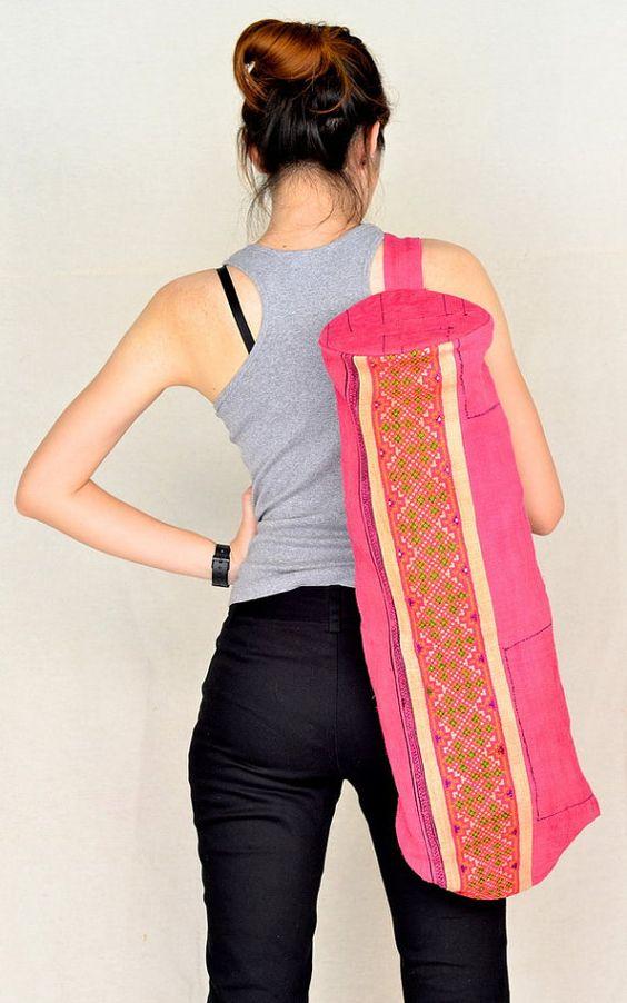 Uno de una clase yoga mat bolsa!    Su colchoneta de yoga le encantará su nuevo bolso de la estera.    Hecho de bordado vintage gran pedazo. Muy único y