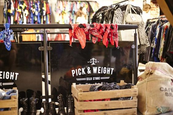"""Second Hand Mode nach Kilopreis verkauft der """"Pick n Weight Vintage Store"""" in Berlin-Mitte."""