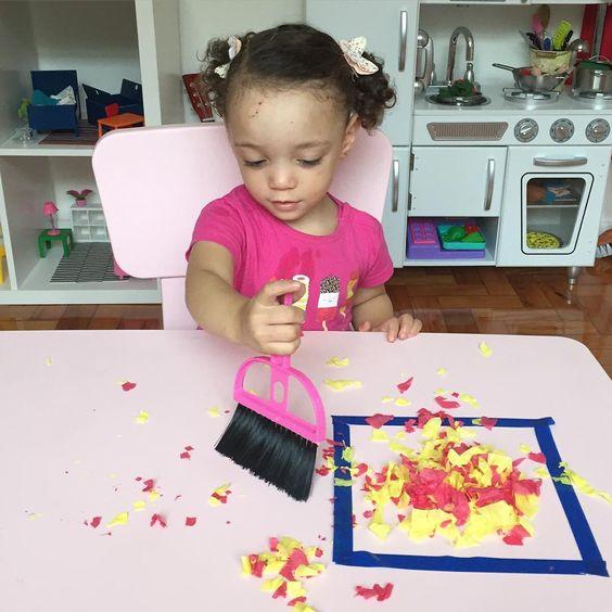 """""""Atividade de hoje: limpando a sujeira Utilizamos uma vassoura de mão, fita adesiva colorida e papel picado. O objetivo da brincadeira era juntar o papel…"""""""