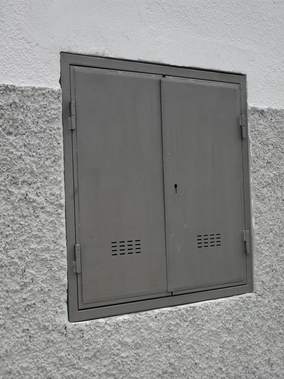 Puerta metálica dos hojas tipo gesa, punzonado Extivent.
