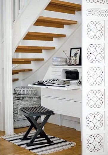 Aménager un petit coin bureau une bonne astuce rangements sous l'escalier pour gagner de l'espace dans la maison.: