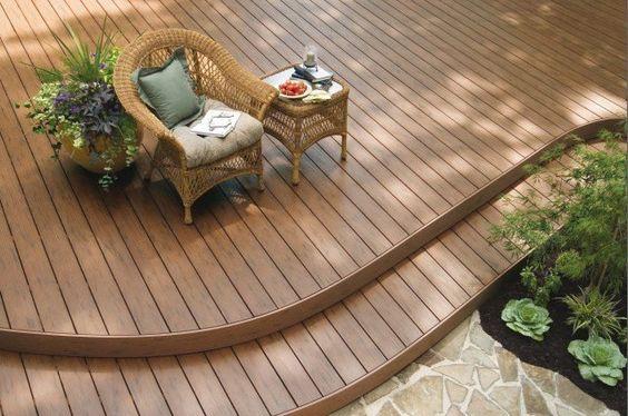 terrasse en bois composite: matériau souple et facile à travailler