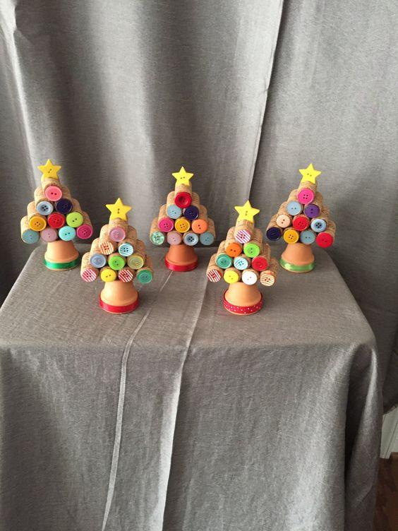 Alberi di Natale del sughero con le decorazioni del tasto. Accento carino per qualsiasi stanza nella vostra casa. Ho 6 alberi più piccoli per & 10.00 EA e 4 alberi più grandi per $12,00 ea.
