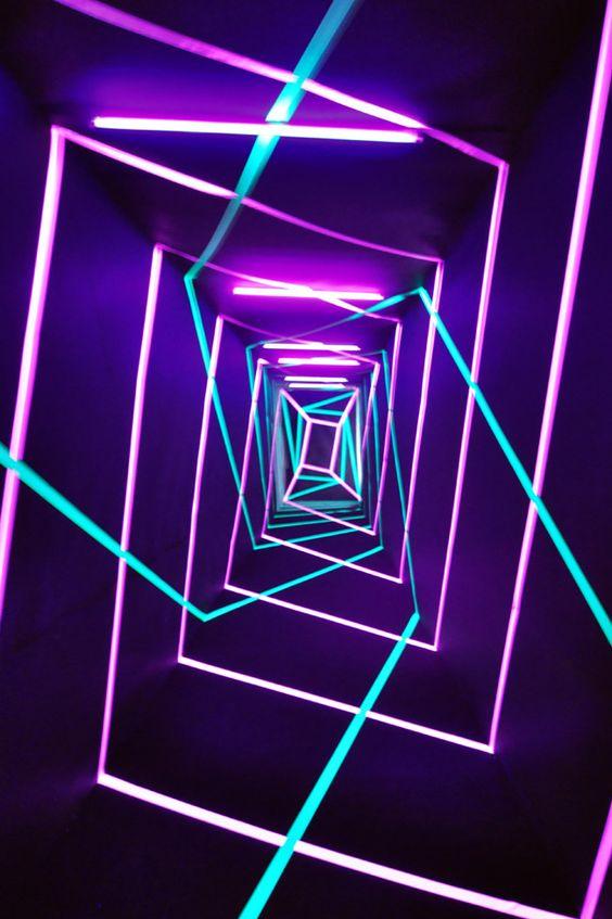 installation : néon tunnel-1, violet, lumière