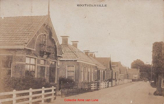 Tillebuorren vanuit zuidelijke richting Plaats:    Kootstertille Datering: 1920 Het eerste huis links is van rijwielhandelaar Reid Keuning. Het tweede huis werd bewoond door timmerman Sake Durks van der Meer. Het derde huis door Dorhout, directeur van de zuivelfabriek. In de verte staat de boerderij van Bouius.