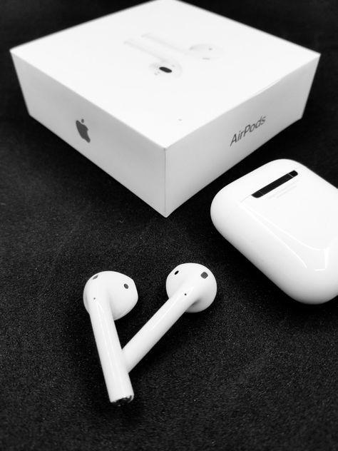 Amazon Com Apple Airpods With Charging Case Latest Model Produkty Apple Chehly Dlya Ipod Besprovodnye Naushniki