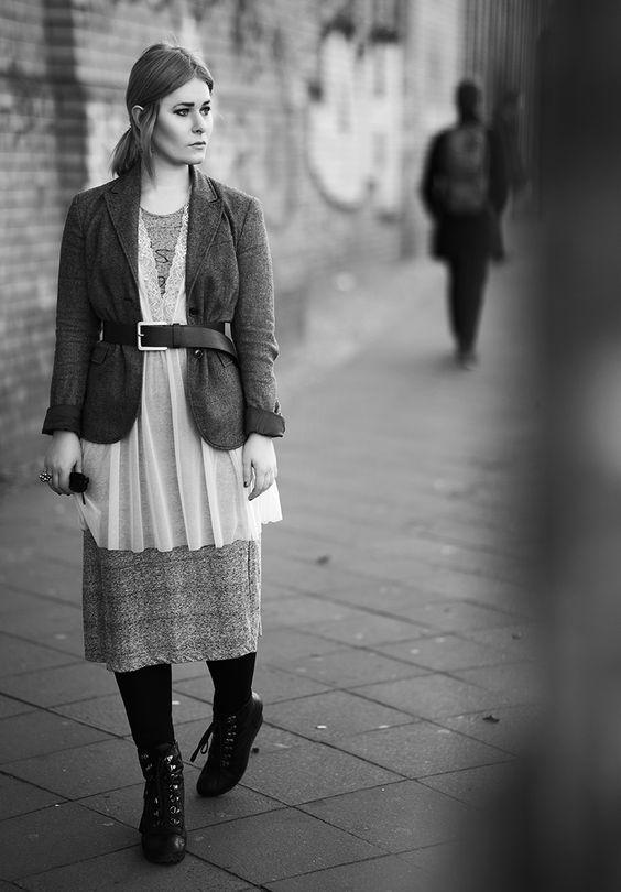Fashion Bloggerin Christina Key trägt ein Nachthemd mit Spitze zu einem Maxi Kleid kombiniert und einem Taillengürtel in schwarz
