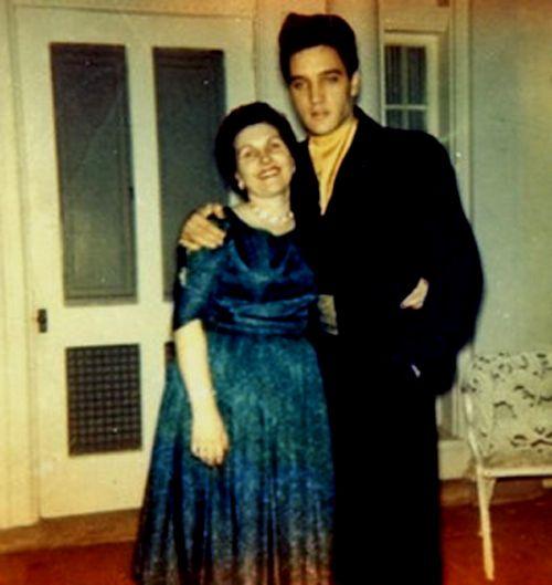 Elvis with fans at Graceland in april 11 1960.