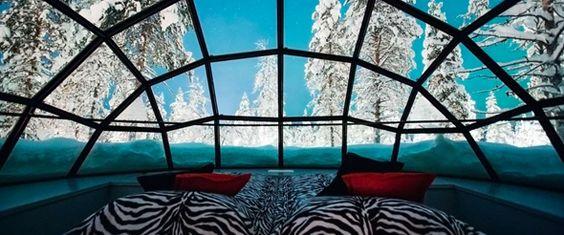 Vue du lit dans l'igloo de verre en Finlande