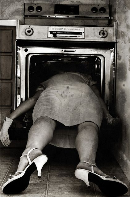 Sylvia Plath, 02-10-1963. On February 10, 1963 Sylvia Plath was found dead of carbon monoxide poisoning in her kitchen. Plath had placed her head in the oven, while the gas was turned on and the pilot light unlit. She was 30. http://13thfloorgrowingold.wordpress.com/2011/02/17/sylvia-plath-the-dead-poem/