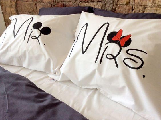 Mickey Mouse, Minnie Mouse couple taies d'oreiller (lot de 2)  Cet oreiller créatif va décorer chaque chambre à coucher et le rendre doux, romantique et confortable. Probablement le meilleur cadeau personnalisé pour les amateurs de Disney. Excellent cadeau pour les fiançailles, jeunes mariés ou just et autre anniversaire ou fête.  En 100 % coton doux. Toutes les taies d'oreiller faits avec amour et sont 100 % fait main. Dessin - très agréable à la peau à la main et ne pas gêner le sommeil…