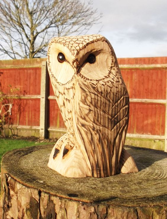 Chainsaw carving of owls na in garden patio
