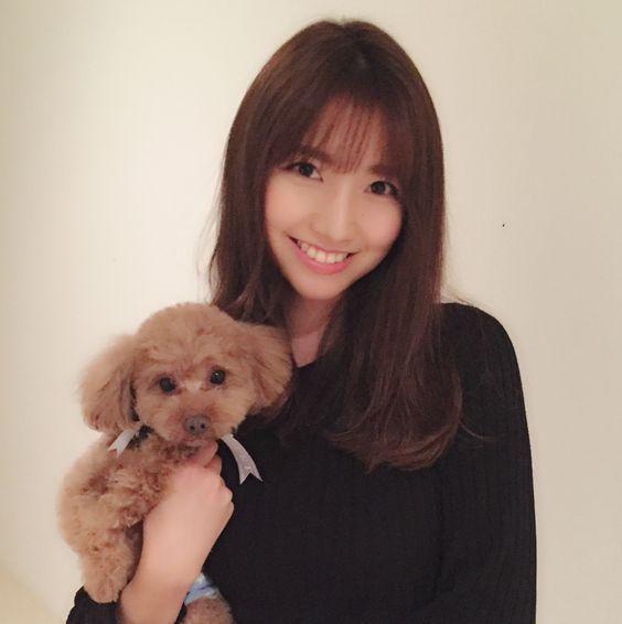 ペットの愛犬レオンを抱っこしている三田友梨佳アナの画像