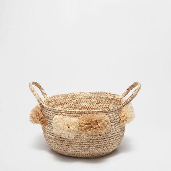 cesta redonda con asas y pompones cestas decoracin zara home espaa
