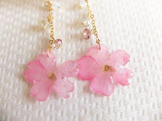 本物のお花を樹脂でぷっくりつやつやにコーティングしました。ピアスは無料でイヤリングに変更できます。お花の大きさ 約2cm×2cm天然のお花を使用し...|ハンドメイド、手作り、手仕事品の通販・販売・購入ならCreema。