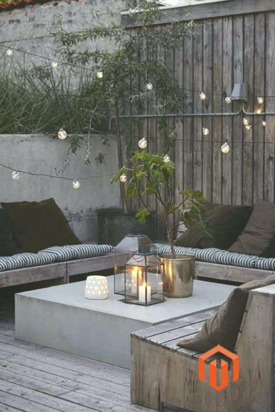 Re Garden Cuscini.Terrazza In Legno Con Cuscini A Righe E Luce Con Cuscini